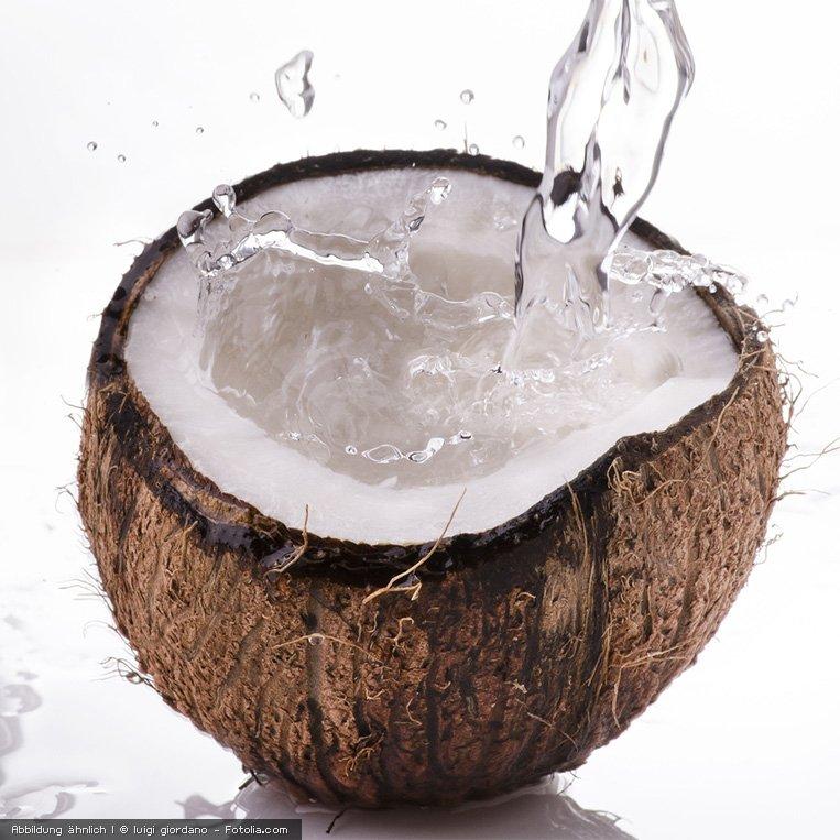 frisches Kokoswasser aus der Kokosnuss